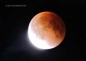 Eclipse_moon_2015-web